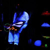 Tmavá multisenzorická místnost stimuluje klienty k reakcím