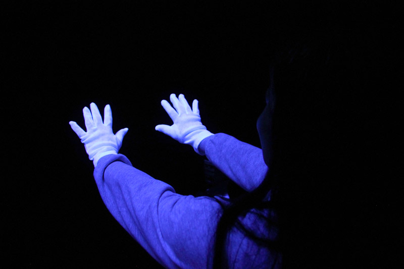 Bile rukavice krasne vyniknou v tmavem Snoezelenu