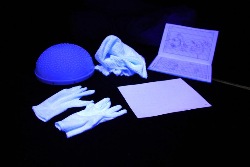 Bílé predmety v tmavé multisenzorické místnosti